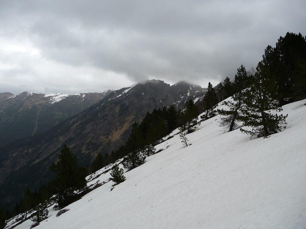 derniers-metres-en-raquettes-dans-neige-grisailles-rioumajou