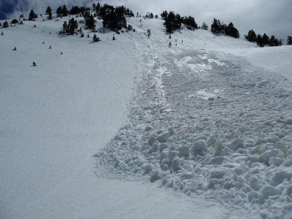 avalanche-partie-sur-pente-assez-faible-destination-raquettes-vallon-estibere