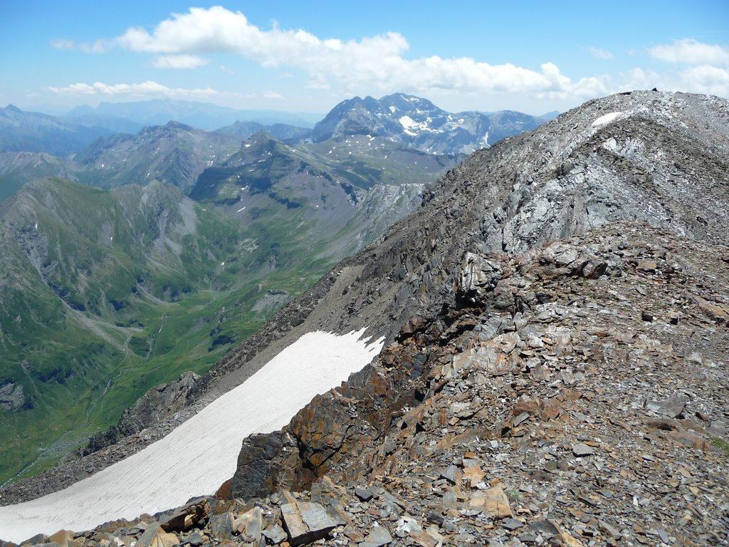 depuis-crete-sommitale-vue-vers-munia-montagne-cap-long-pic-campbieil-ascension-beau-3000