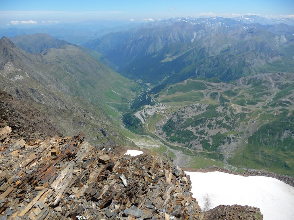 station-altitude-piau-engaly-en-contrebas-montagne-cap-long-pic-campbieil-ascension-beau-3000