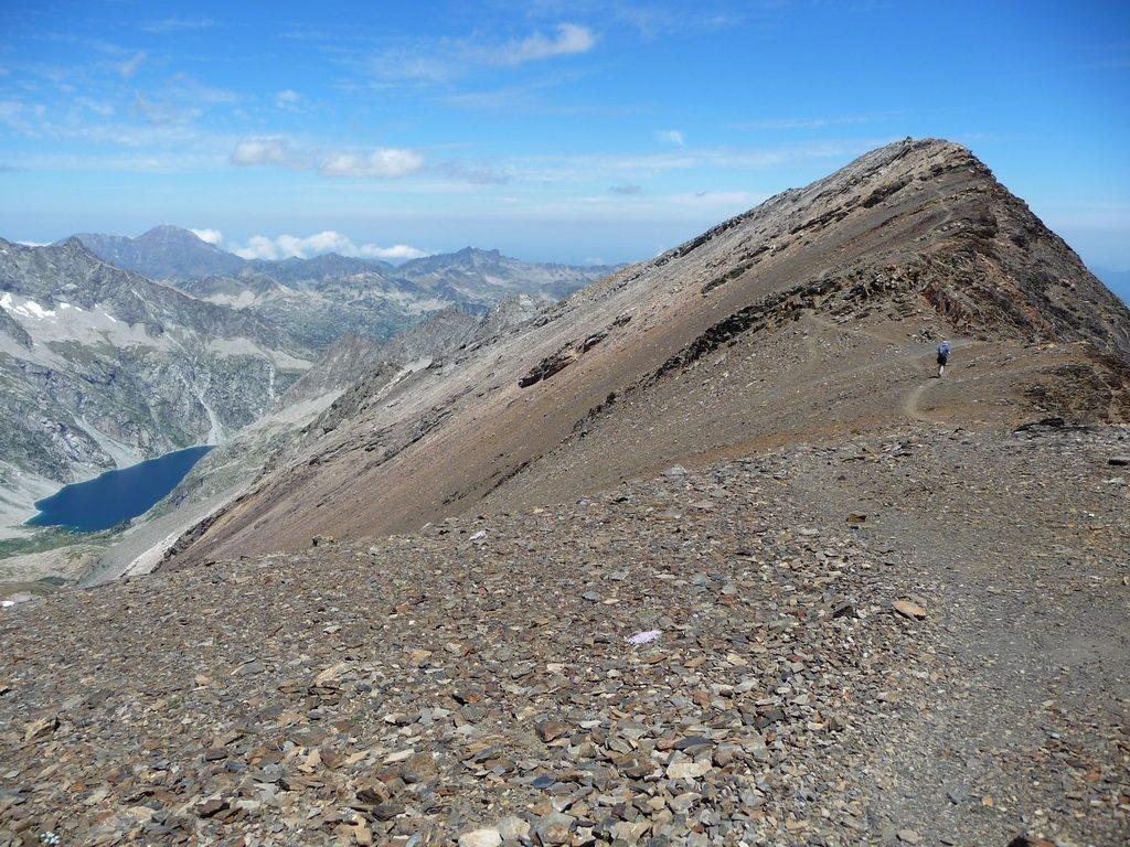 derniers-metres-avant-sommet-on-apercoit-lac-cap-de-long-montagne-cap-long-pic-campbieil-ascension-beau-3000