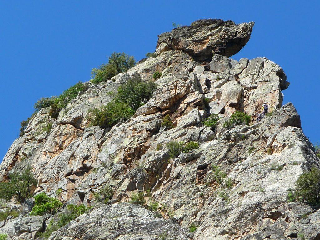 en-zoomant-on-discerne-grimpeurs-sur-droite-gorges-heric-caroux