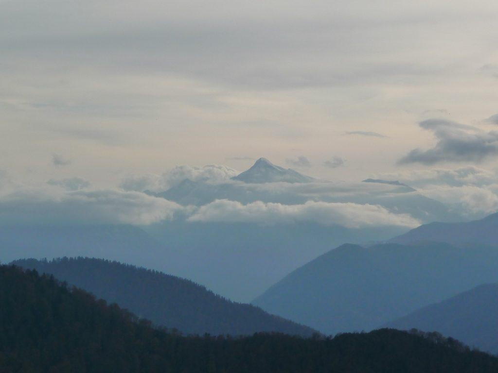pic-aret-se-detache-nuages-entree-vallee-aure-montaut