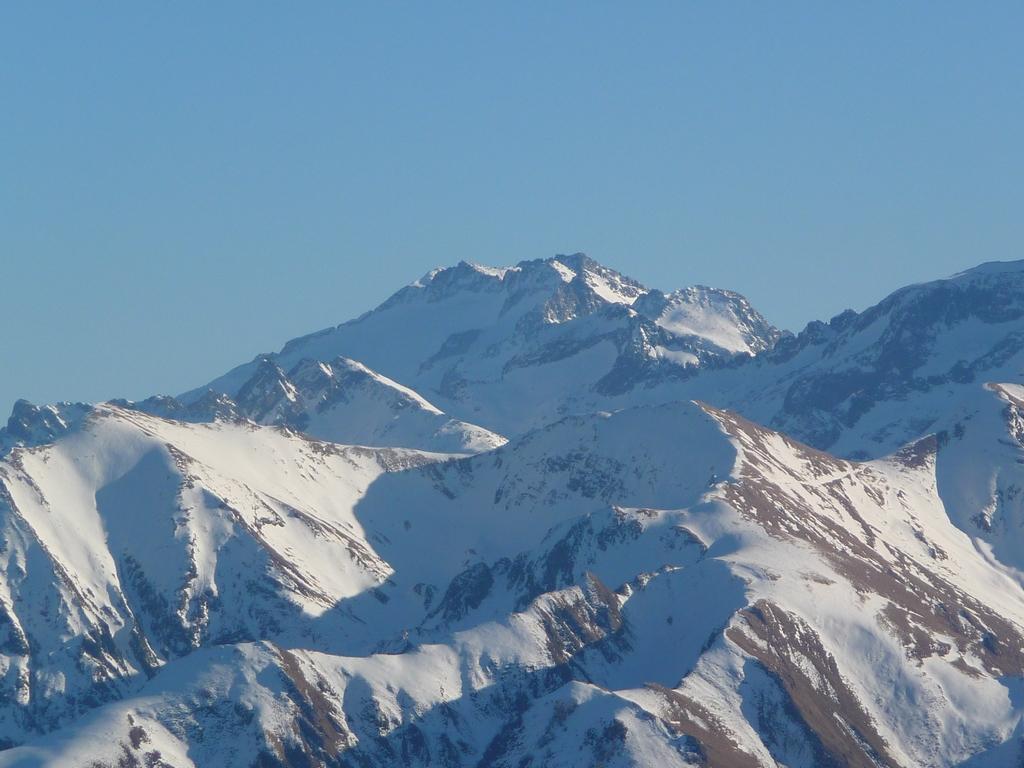 zoom-massif-maladeta-plus-haut-pyrenees-bande-neige-pouyaue